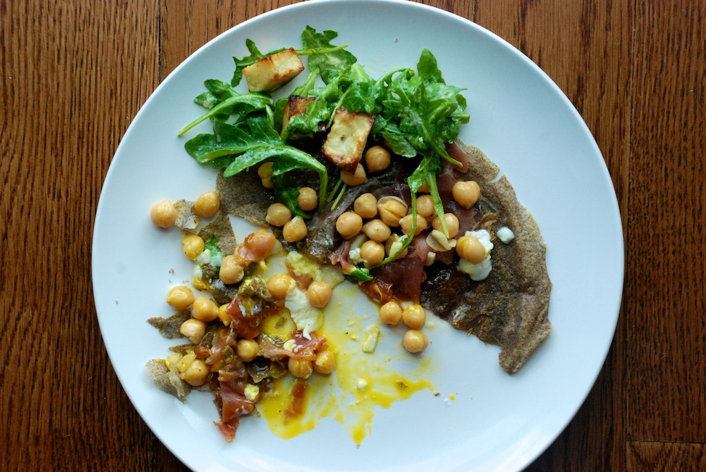Crêpe with poached egg, chick peas and arugula